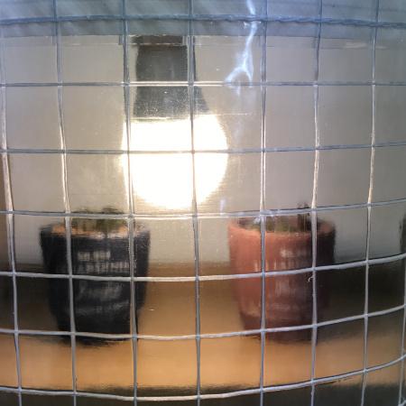 耐候(薄手)の糸入り透明ビニールカーテン(VP-350H)の光の透け方